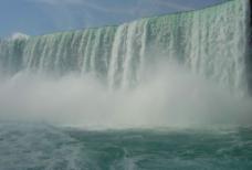 瀑布下的景色图片