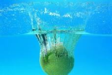 水中的水果图片