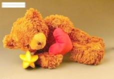 躺在杨桃上的小熊图片