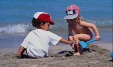 海边玩耍的小女孩图片