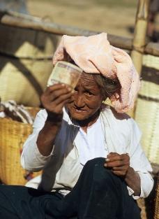 缅甸老妇图片