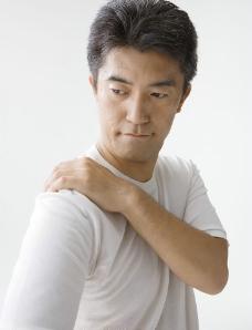 男人肩膀图片